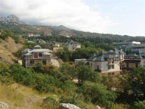 Город в Крыму на фоне знаменитой Ай-Петри