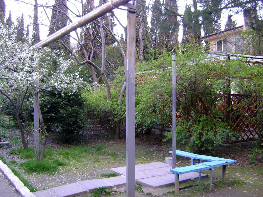 ... двориком по ровной местности в 10 минутах пешим ходом от моря, снимок - конец марта 2009 г.
