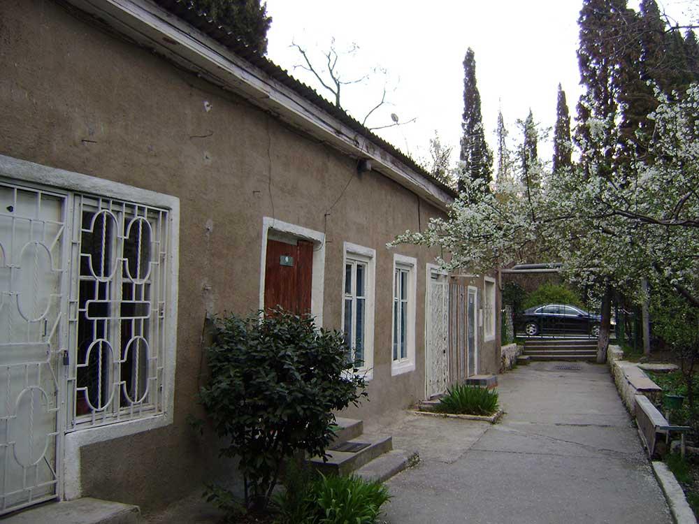 Свой закрытый, вечнозеленый двор с магнолиями, кипарисами ... , снимок - конец марта 2009 г.