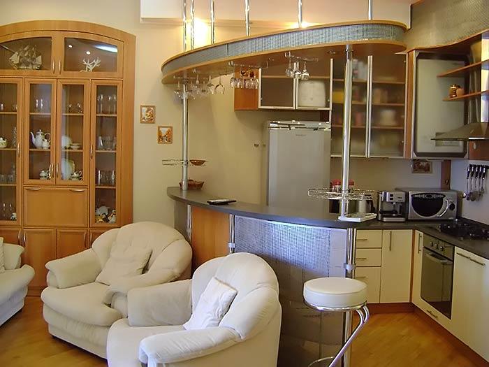 В зале сделана кухня-студия