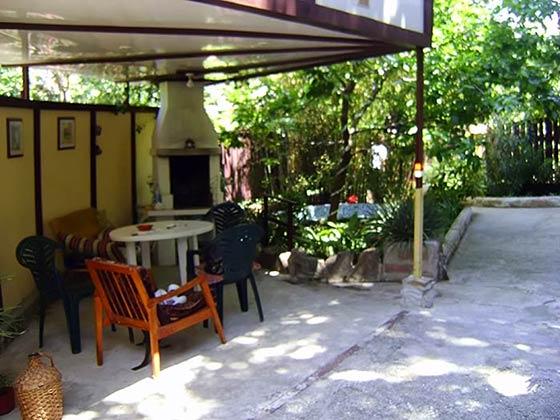 Свой тихий уютный двор с бассейном, камином-мангалом и беседкой