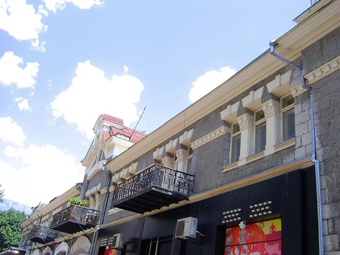 спальня имеет большой балкон с перилами из ажурного кованого чугуна