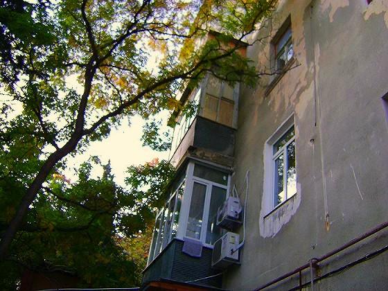 Квартир «Сталинка» расположена в культурном, историческом центре города курорта Ялта на улице Карла Маркса на 2-ом этаже 4–х этажного дома