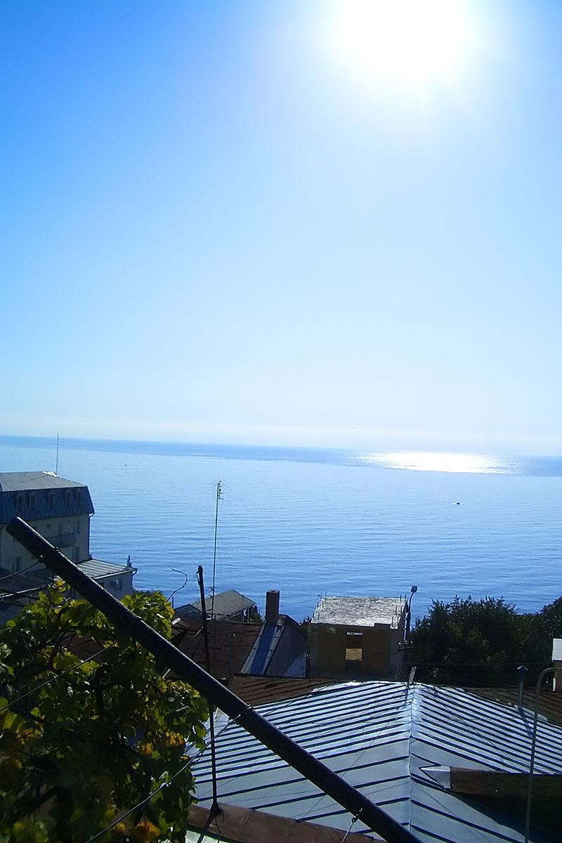 ... нежишься под самым замечательным солнцем, оно в Крыму самое замечательное