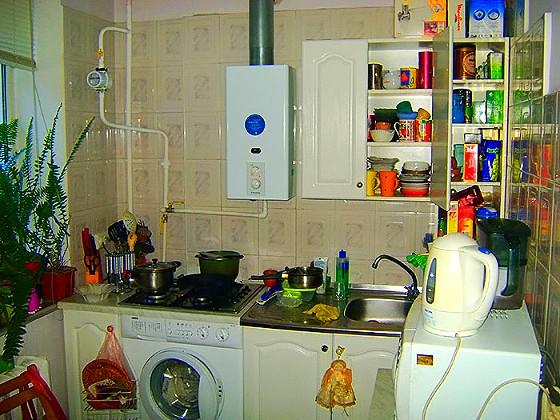 В 2–х комнатной квартире «Сталинке» просторная, хорошо оборудованная кухня, которая пришлась бы по вкусу многим домохозяйкам