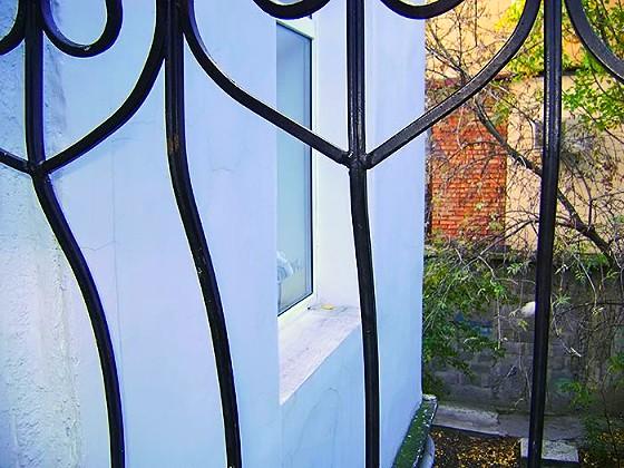 Возле дома есть тихий уютный, утопающий в субтропической растительности дворик, естественно за квартирой закреплен и огорожен придомовой земельный участок