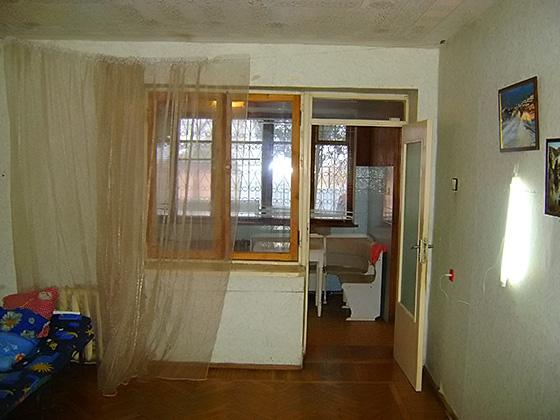 ... пол в квартире покрыт дубовым паркетом