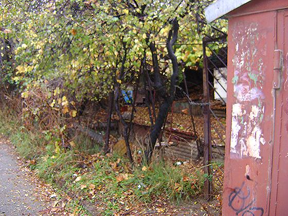 Есть свой гараж непосредственно расположенный в метре от квартиры, да плюс ко всему земельный участок в две сотки, чем не маленькая усадьба